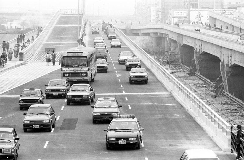 1988年12月01日,耗資新台幣19億餘元,中興大橋恢復通車。圖/聯合報系資料照片