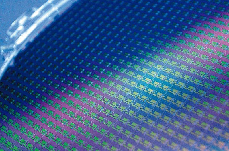 全球前兩大半導體矽晶圓廠日商信越化學和勝高股價在30日盤初大漲。(路透)