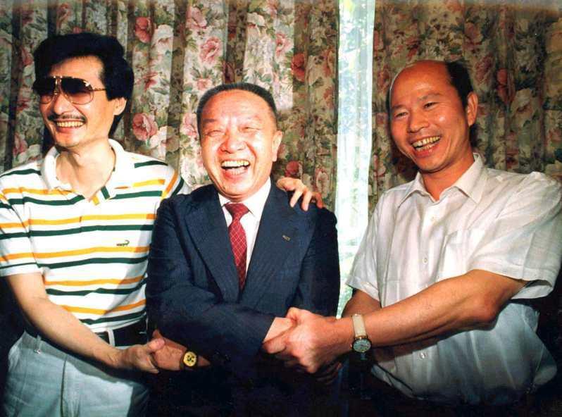 施明德(左)、許信良(右)與當年美麗島龍頭、民進黨前主席黃信介(中)。圖/聯合報系資料照片