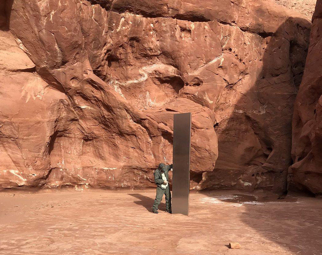美國猶他州沙漠日前突然出現一根神秘的金屬柱狀體,引起外界熱議,但又於27日離奇消...