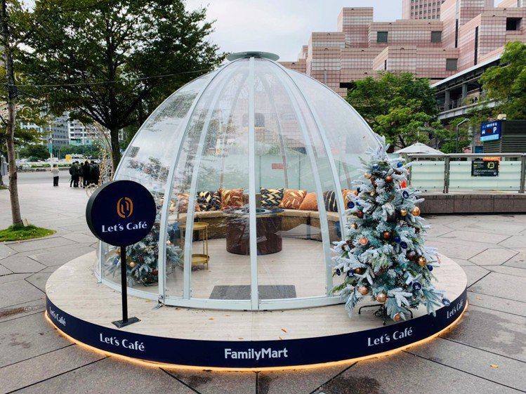 Let_s Café星辰小屋位於台北101廣場,白天晚上各有特色。圖/全家便利商...