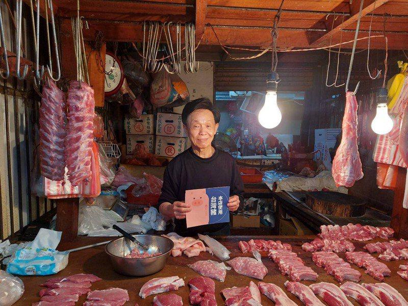新竹市政府即日起啟動「肉品標示輔導專案」,針對菜籃族常去的12座公有市場、215攤販售豬肉產品攤商逐一訪視,進行輔導。圖/新竹市政府提供