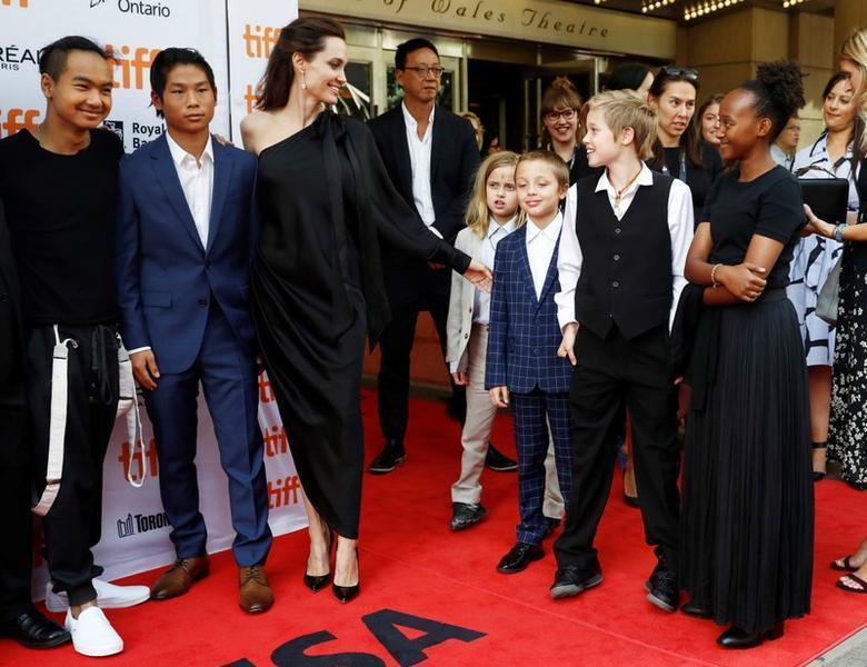 安琪莉娜裘莉(左三)去年還帶一堆小孩去「黑魔女2」首映會,喜蘿(右二)自然沒缺席...