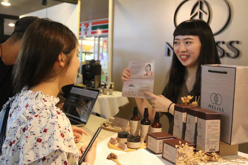 弘光科大妝品系學生使用農業廢棄物研發保養品,向民眾解說。記者游振昇/攝影