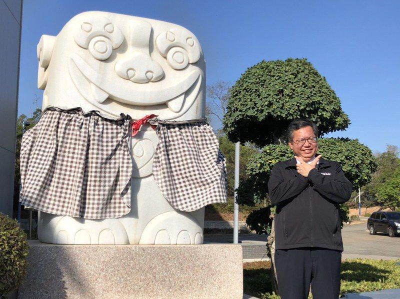 桃園市長鄭文燦參訪台開風獅爺商店街,他擺出俏皮可愛的姿勢合影。記者蔡家蓁/攝影