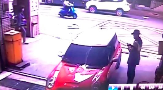 中正一分局警方出示丁怡銘昨天駕車出入分局地下停車場的相關監視器畫面。記者李隆揆/翻攝