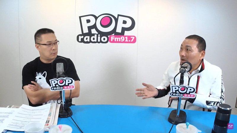 侯友宜(右)接受朱學恆(左)專訪,呼籲中央要做好源頭管理,否則地方會很辛苦。圖/擷至POP Radio聯播網官方頻道