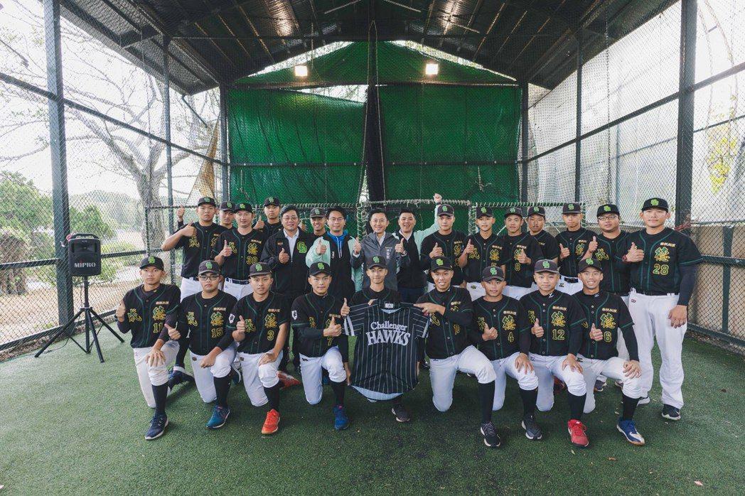 新竹市成德高中在今年在黑豹旗全國高中棒球大賽奪得「隊史最佳」第四名成績,林智堅多