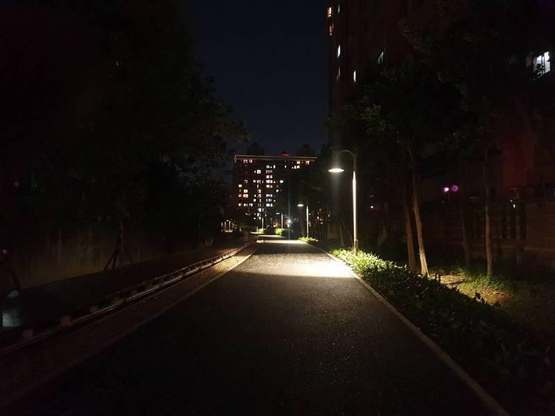 桃園市民抱怨,桃林鐵路綠色廊道近期都不亮,星光大道淪為虛名。記者陳夢茹/攝影