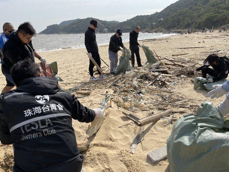 珠海市台商協會及台灣青年會,以及150名熱心環保的義工等,一起在珠海市高欄港飛沙村西沙灘淨灘。圖/珠海市台商協會提供