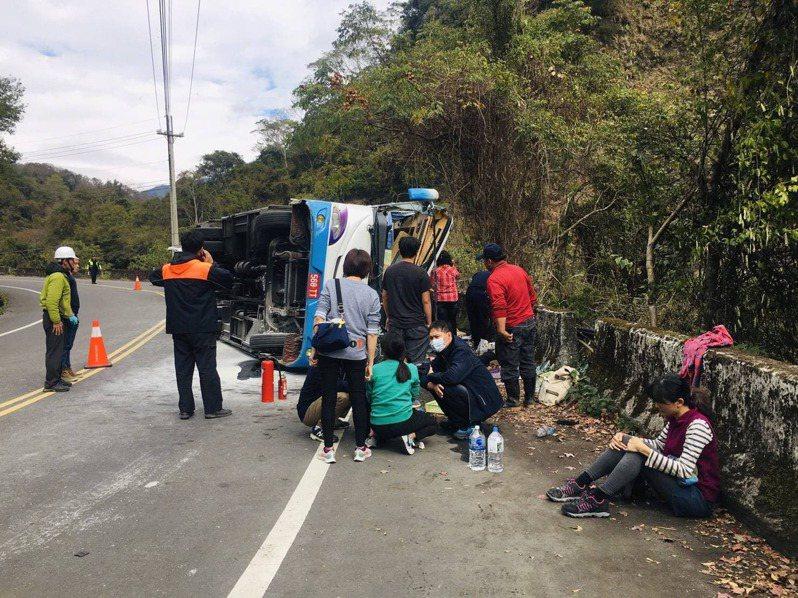11月30日中午12時36分許,奧萬大聯外道路方向1.5公里處發生高統遊覽車股份有限公司568-TT號遊覽車翻覆事故,造成21人傷亡。圖/讀者提供