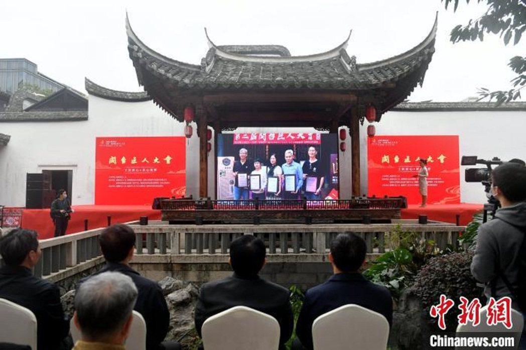 受疫情影響,不少台灣工匠無法親身前來參加活動,匠人大會開幕式及頒獎儀式全程透過網...