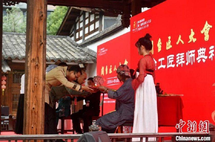 除了按傳統拜師禮向師長獻禮束脩,更安排老師傅們向學生贈送一份象徵著傳統技藝傳承的...