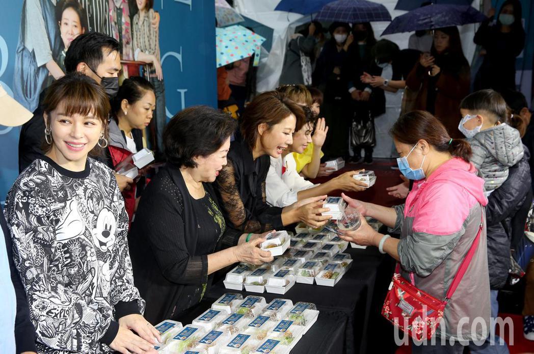 電影《孤味》票房破億,今天下午在信義威秀廣場舉辦炸蝦捲慶功記者會,演員們一同炸蝦...