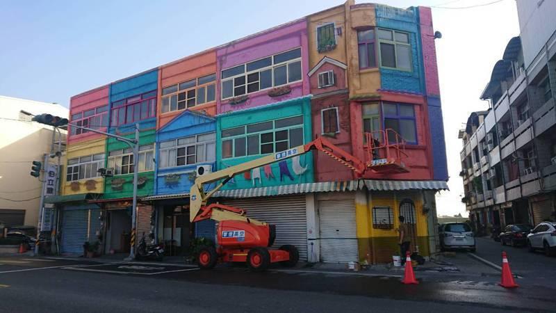 彰化縣埤頭鄉市區多了一幢南歐風情的建物彩繪,接近完工階段,引人注目。記者簡慧珍/攝影