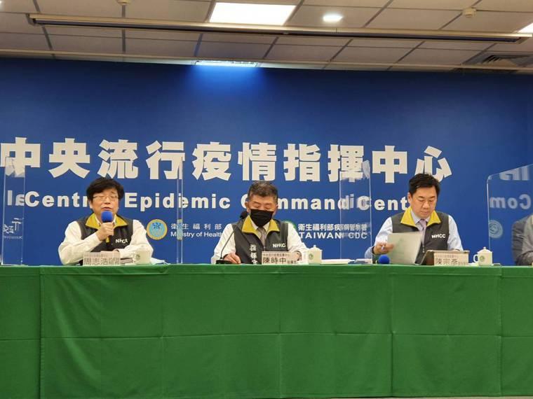 今新增24例境外移入個案,中央流行疫情指揮中心舉行臨時記者會說明。左起:發言人莊...
