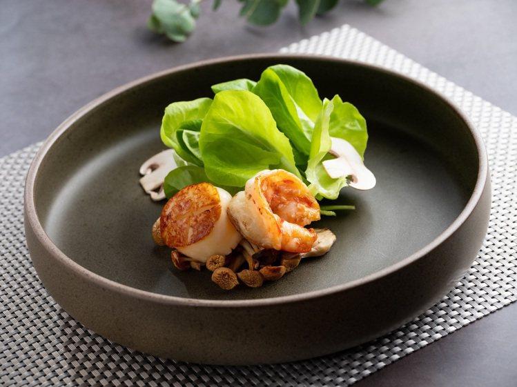 北海道干貝海大蝦翠綠沙拉松露醬。圖/美福乾式熟成牛排館提供。