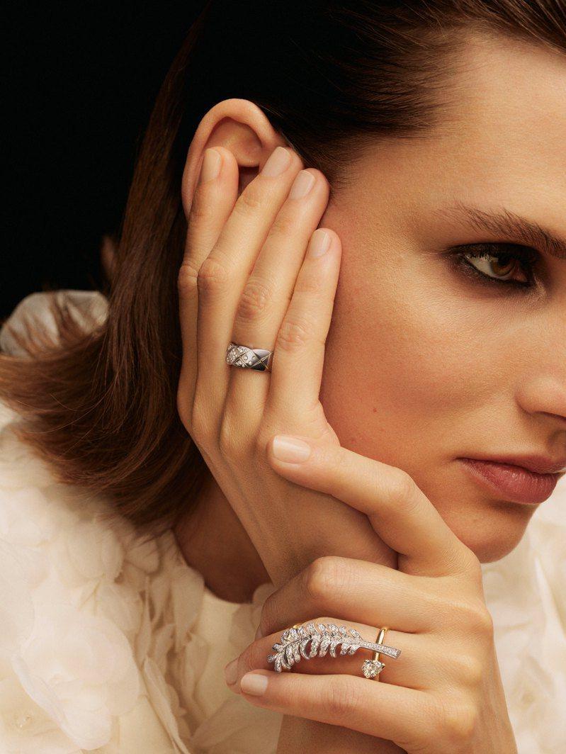 香奈兒Plume戒指,18K白金及黃金鑲嵌鑽石,1,14萬8,000元;COCO CRUSH戒指小型款,18K白金鑲嵌鑽石,15萬3,000元。圖/香奈兒提供