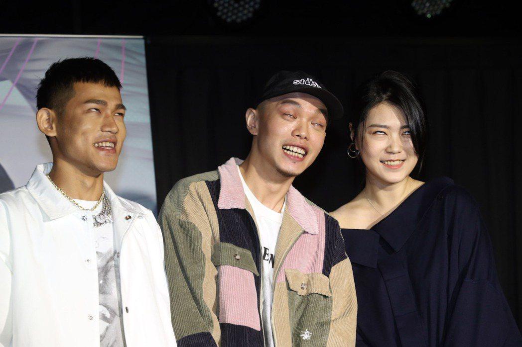 曹雅雯(右)新歌邀草屯囝仔合唱,記者會PK白眼功力。記者邱德祥/攝影