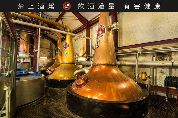 布什米爾創立至今超過400年,依舊遵循三次蒸餾傳統。圖/摘自Bushmills臉...