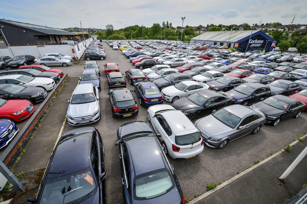 新冠疫情讓歐洲民眾不敢搭乘大眾交通工具,開始紛紛搶購低價中古車。  美聯社