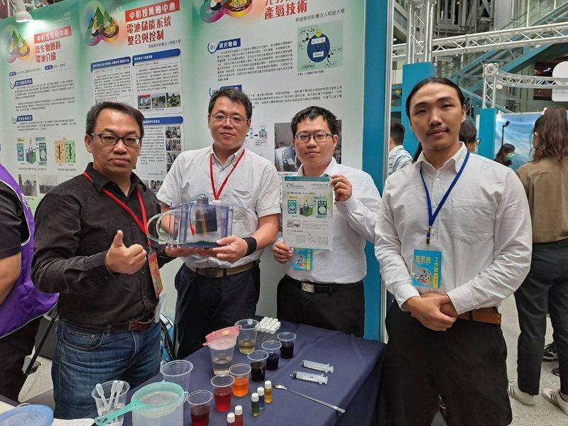 大葉大學副教授吳建一(左一)與團隊一起為綠能電池策展。圖/大葉大學提供