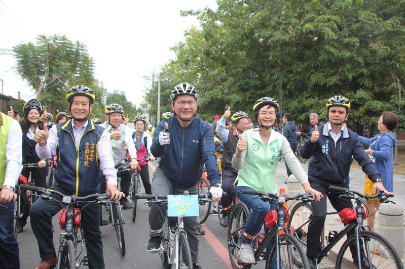 交通部長林佳龍(中)昨與學者、台灣樂活自行車協會到二水鄉台鐵旁二八水水公園騎單車,為明年的自行車旅遊年暖身。記者林宛諭/攝影