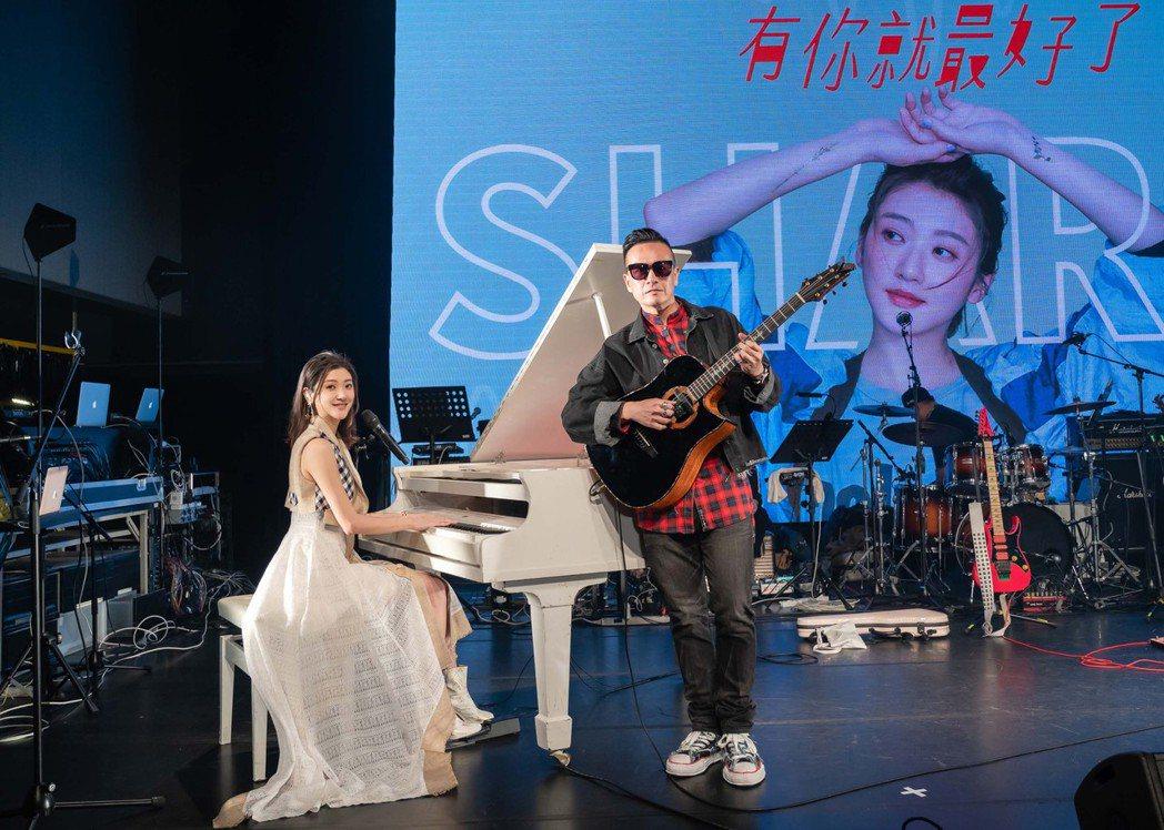 林逸欣(左)開唱,小鐘齊舞享受天王待遇。圖/旋轉娛樂提供