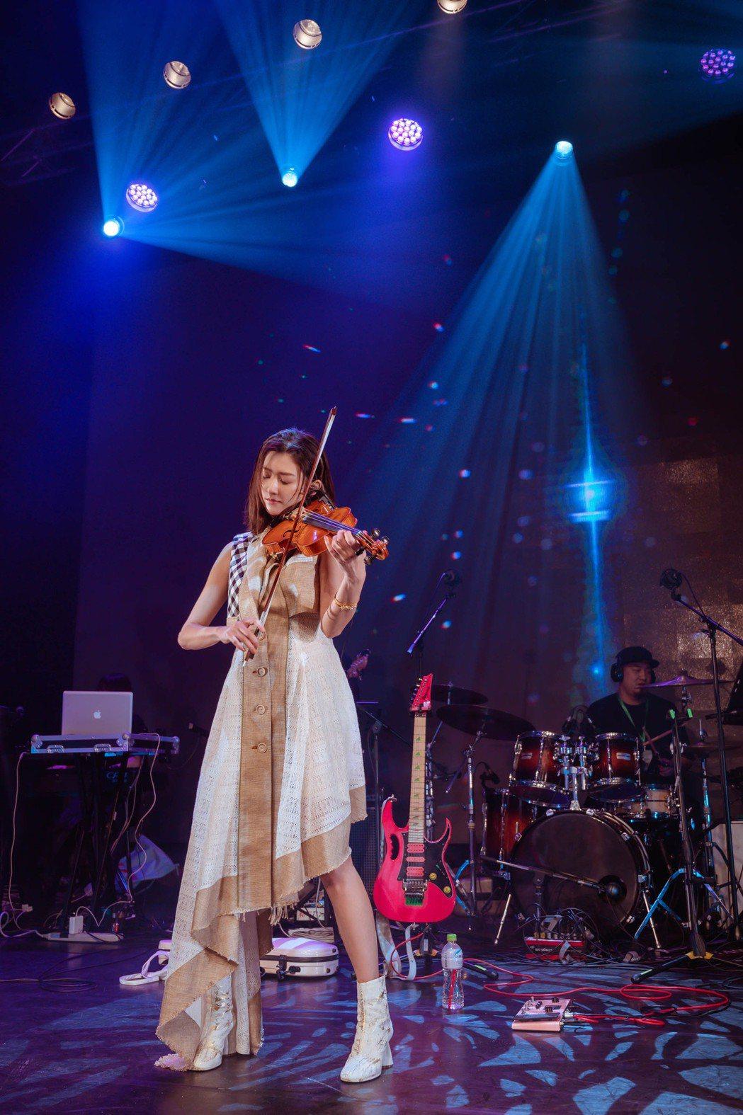 林逸欣在「有你就最好了」演唱會,以小提琴、鋼琴、電吉他展現音樂才華。圖/旋轉娛樂...