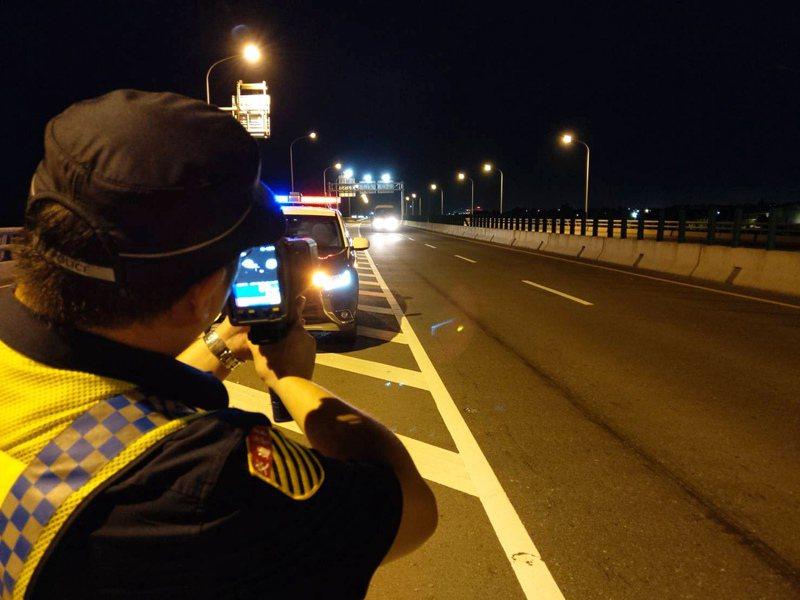 北市議員提案要求警方公布所有移動式測速照相地點,圖為警方執法現場照。本報資料照片