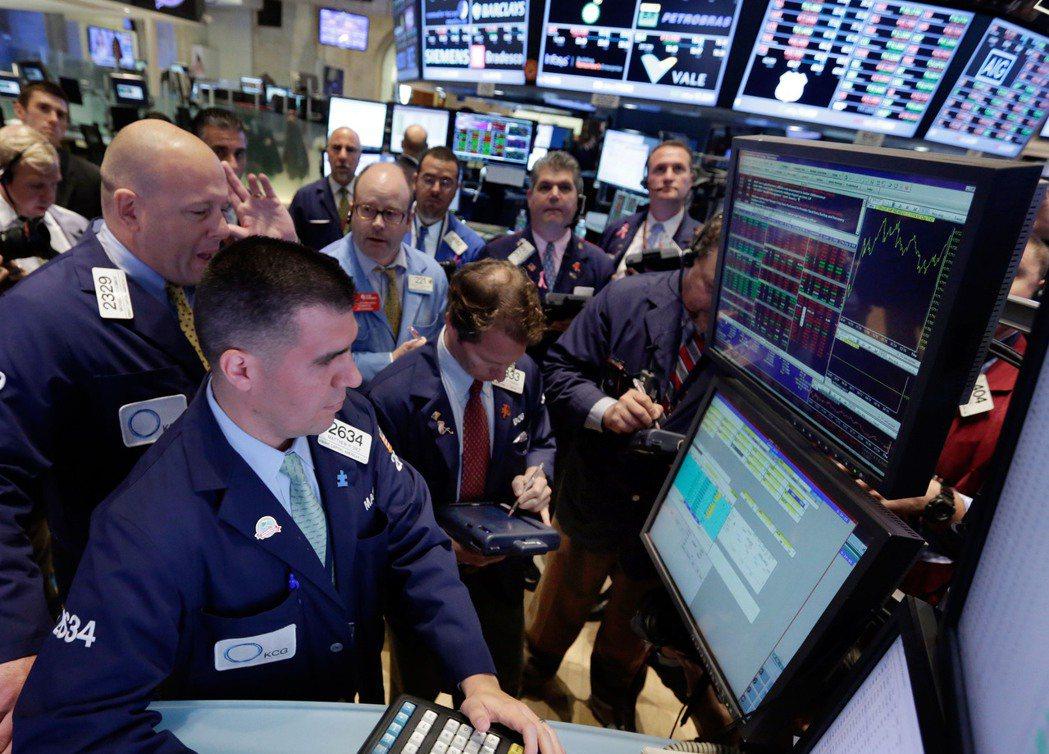 美股三大指數30日早盤漲跌互見,道瓊指數跌近200點。美聯社