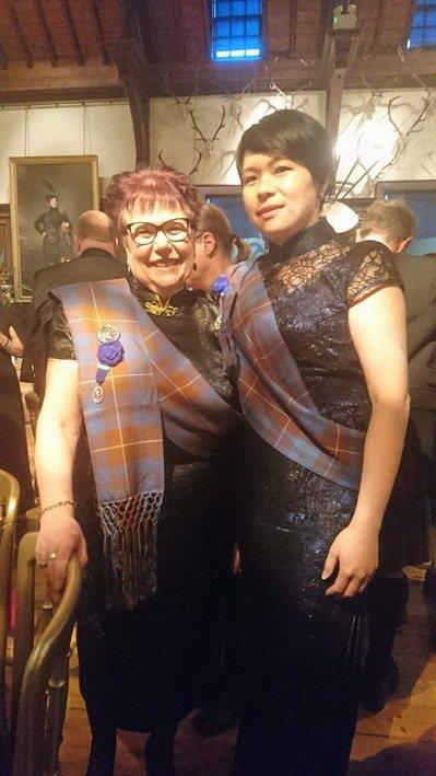 林淑君與蘇格登女性首席調酒師Maureen Robinson,當天兩人恰好都穿旗...