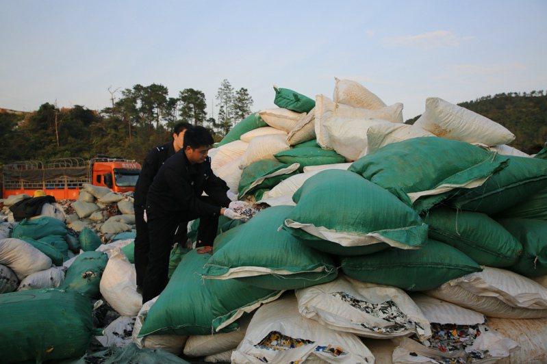 2017年大陸全面禁止洋垃圾入境以來,大陸固體廢物進口總量大幅減少。圖南寧海關緝私部門2018年查獲涉嫌走私進口洋垃圾案件。(中新社)