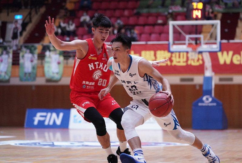 台師大菜鳥林信寬(左)被教練團賦予防守任務。圖/大專體育總會提供