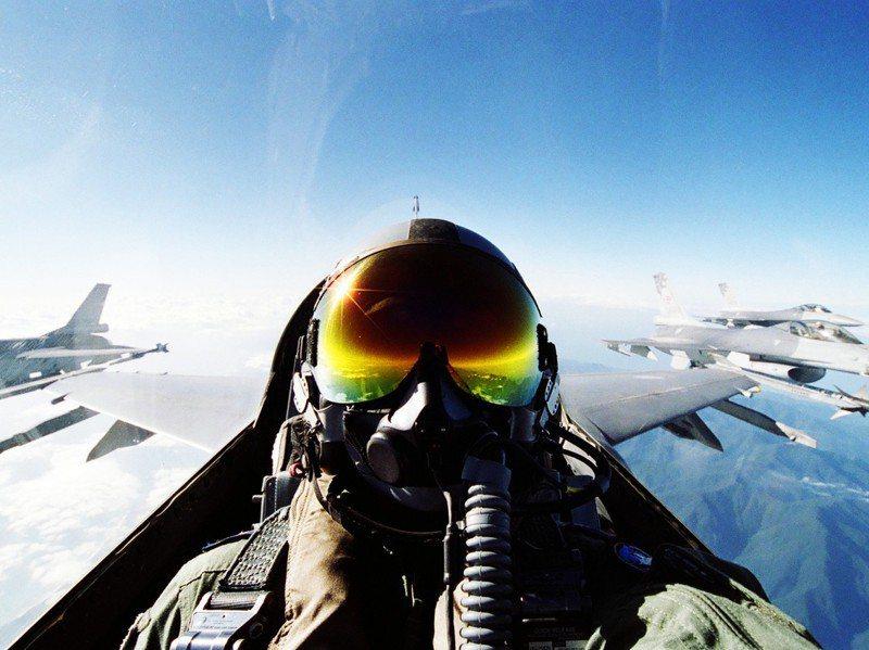 駕駛戰機翱翔天際,是許多年輕人的夢想。圖/黃啟瑞提供
