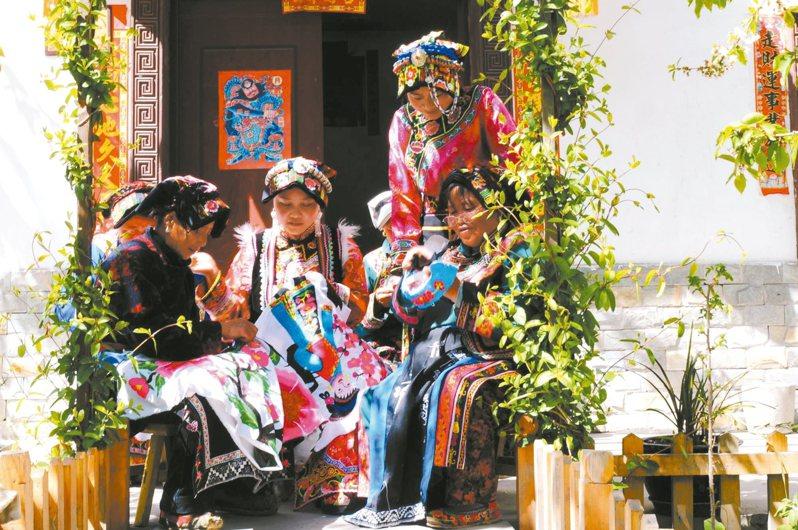 羌繡,是羌族婦女心靈手巧的象徵。 圖/本報四川阿壩州傳真