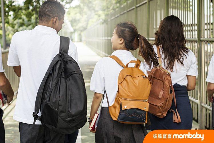 你家孩子是否很早熟?一項台灣大學生性愛態度習慣調查統計發現,15歲以下未成年學生...