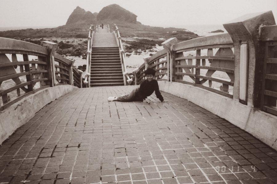 曾逃避參加卑南族成年禮的馬翊航,攝於台東三仙台。 圖/九歌出版提供