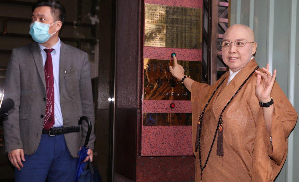 恆述法師(右)今早由律師陪同按鈴申告江姓信女詐騙。記者侯永全/攝影