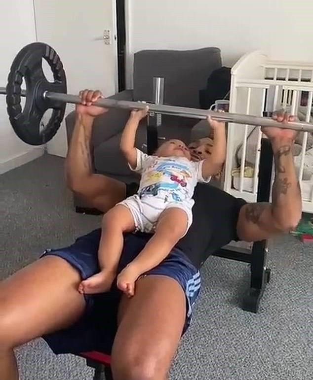 健身教練跟一歲半兒子一起臥推,表示可增加父子倆的情感交流。圖/取自dailymail