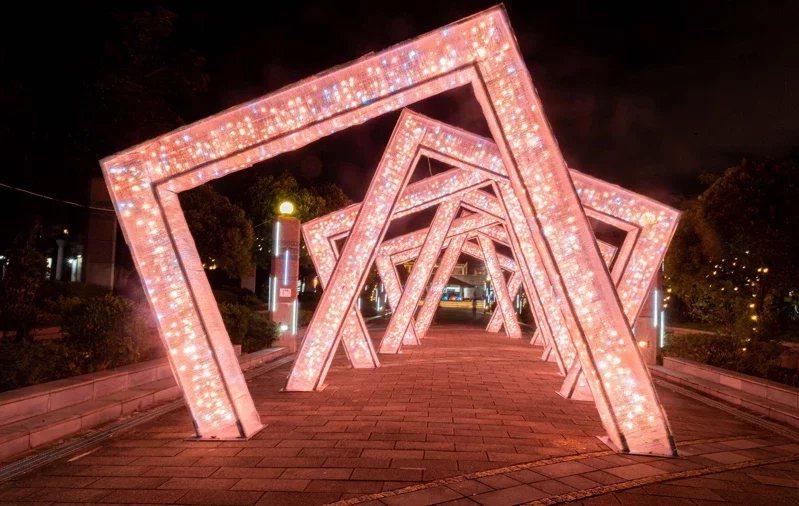 台北最High新年城7大藝術裝置昨晚點燈,圖為天母運動公園燈飾。 圖/北市觀傳局...