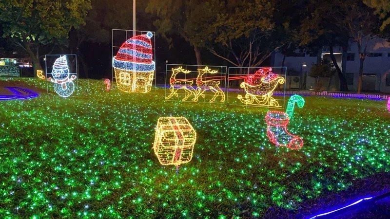 2020屏東耶誕節以青藍色調為基調,將百年的屏東公園打造成極光耶誕村,光彩絢麗的...
