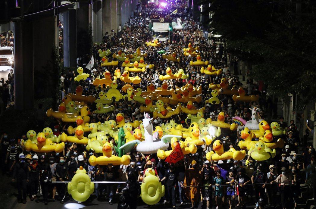 示威者帶著大量的黃色小鴨上街抗議。 圖/美聯社