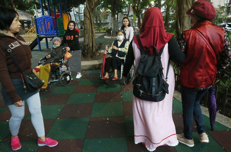 中央流行疫情指揮中心限制印尼移工來台2周,各地家庭看護移工遭受直接衝擊。圖/聯合...