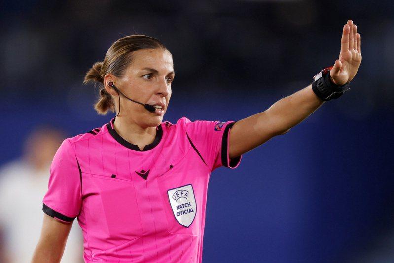 法甲首位女裁判芙拉帕更加出色,將成為歐冠史上首位吹判小組賽的女主裁,也是女裁判史上最具重量級的一人。 路透社