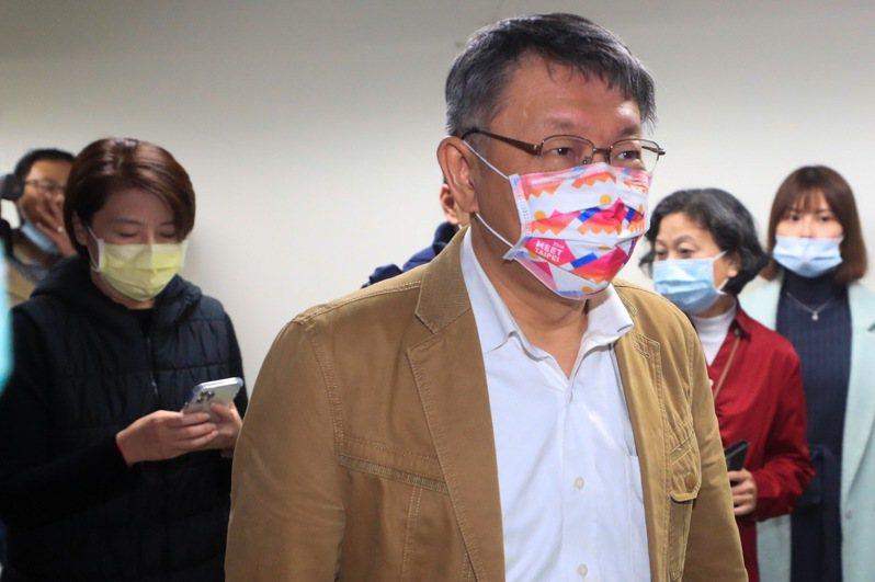 台北市長柯文哲(前右)與副市長黃珊珊(左)全程戴口罩。中央社