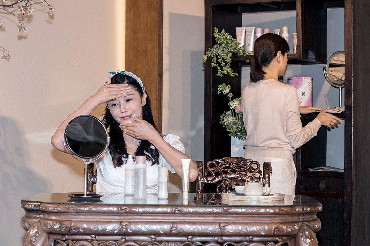 專業茶道師與模特兒以保養情境搭配演出,以「泡一壺好茶的耐心」呼應「好好保養的用心...
