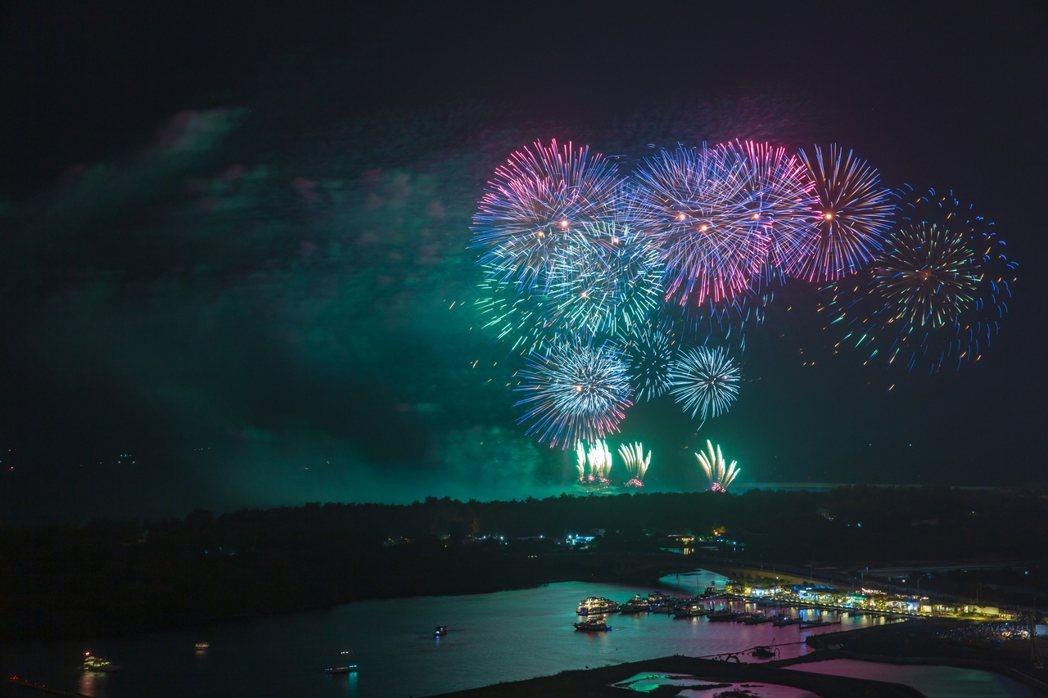 今年國慶煙火在漁光島施放,讓安平的美一炮而紅。 攝影/莊佳穎
