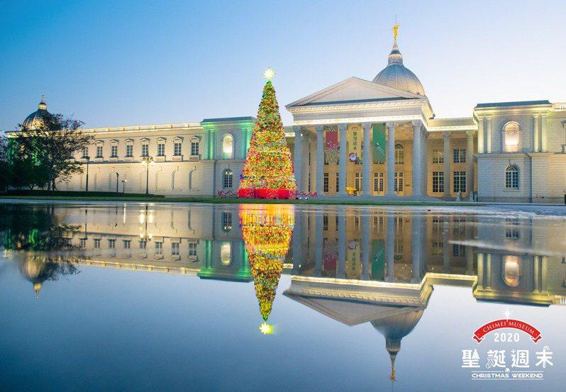 奇美博物館2020「耶誕派對」12/12登場,13公尺高耶誕樹搶先亮相。  圖/奇美博物館臉書粉專