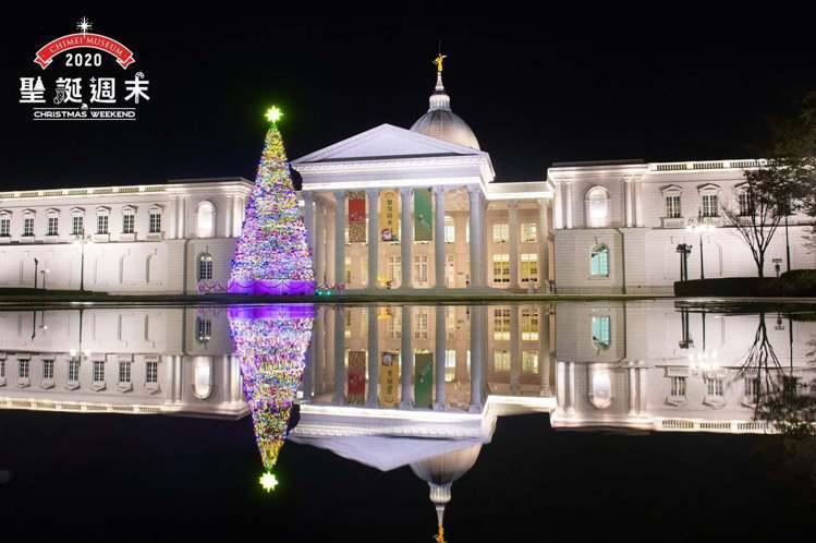 奇美博物館13公尺高耶誕樹夜晚時點燈顯得格外浪漫。 圖/奇美博物館臉書粉專
